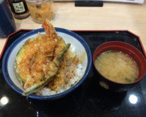 てんや 羽田空港店で人気メニュー 天丼の天ぷら食べる