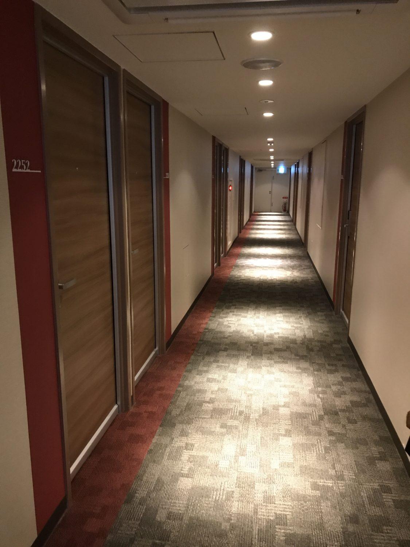 旧館の廊下。旅行代理店サイトのレビューでは「旧館の廊下やエレベーターがカビ臭い」なんてコメントがありましたが、私は感じませんでした。鼻が悪い?