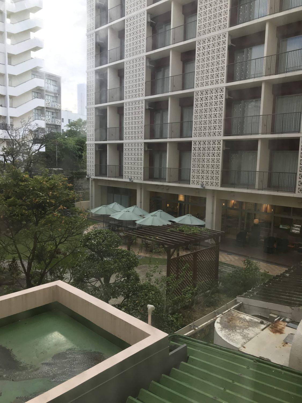 部屋の窓からは中庭(行くの忘れてた)の池と、憧れのメインタワーが見えます。
