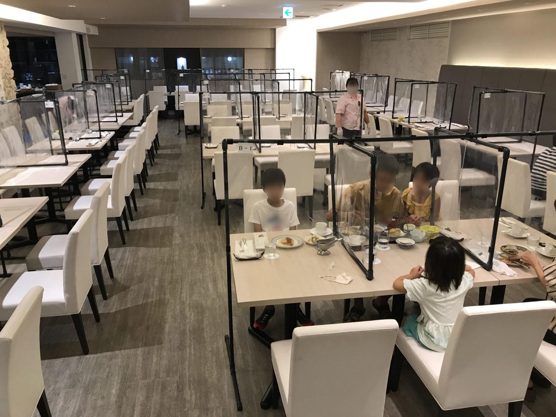 那覇セントラルホテルのレストラン「那覇うまい処 九年母亭」。コロナ対策でテーブル上にもパーテーションが施されています。