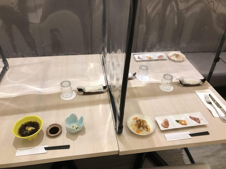 通されたお席です。左側が和食、右側が洋食の前菜となります。