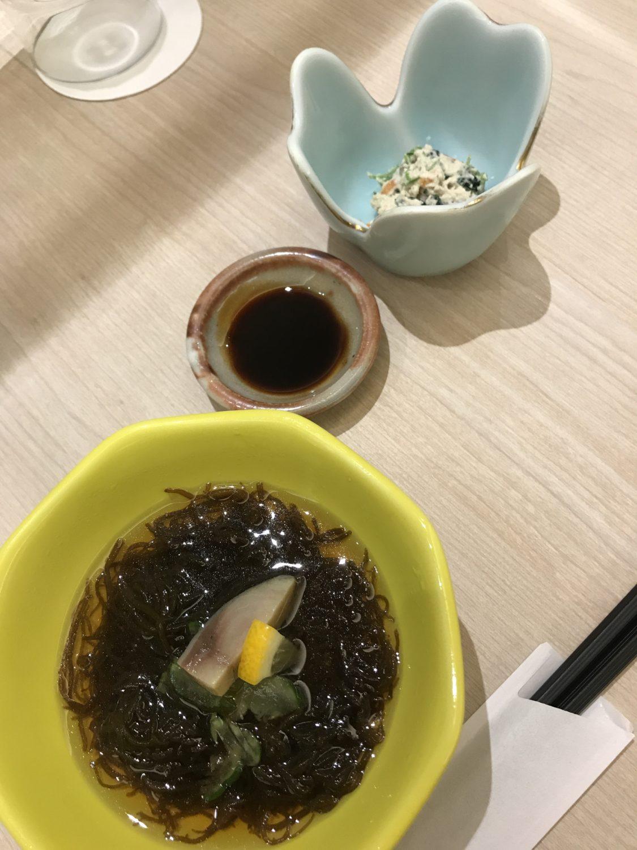 和食の前菜。もずく酢のサバの切り身が美味しかった。お酒が欲しかった...