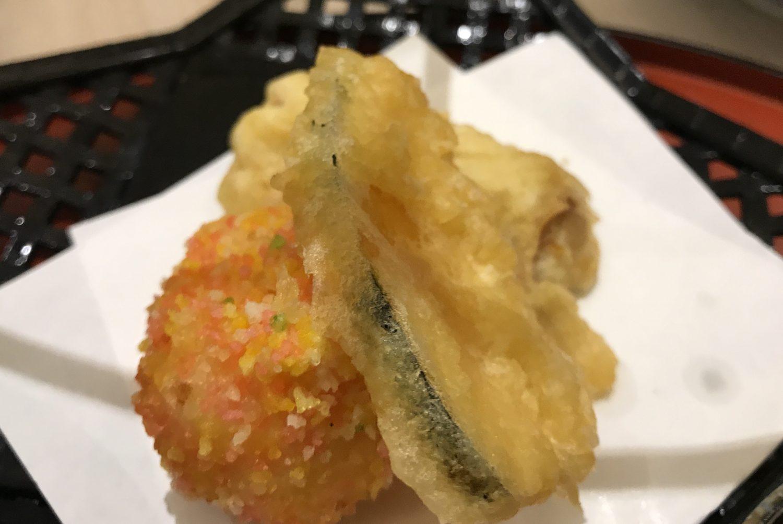 天ぷらも揚げたてサクサクで数品。写真左下の丸いのは何だったんだろう。美味しかったけどね。