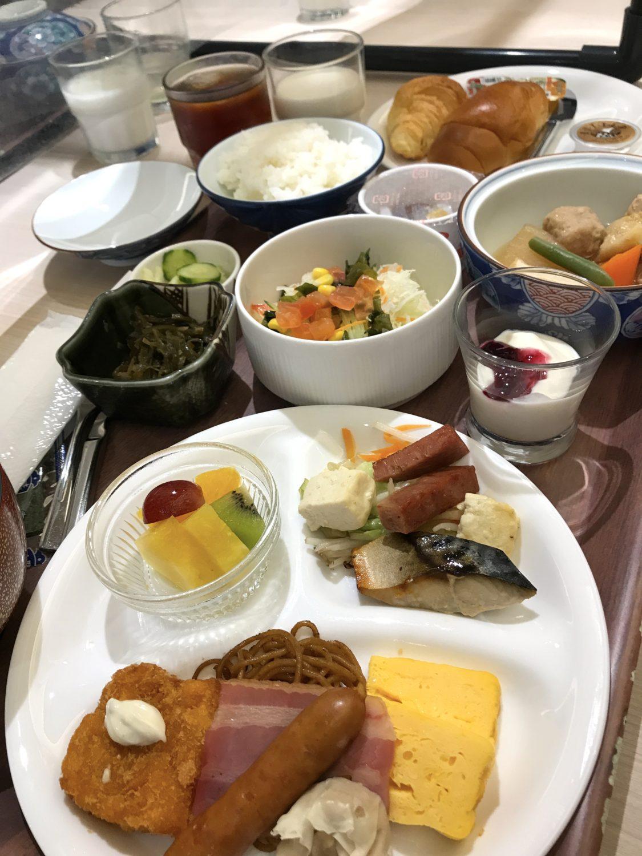 那覇セントラルホテルの朝食セットメニュー。朝からボリュームたっぷりです。