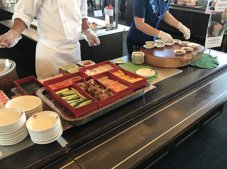 スタッフさんが提供してくれる手巻き寿司。サワラ、サーモン、イカ、タコ、エビ、きゅうり、玉子などがあり。ワサビの有り無しもスタッフさんの方から聞いてくれます。