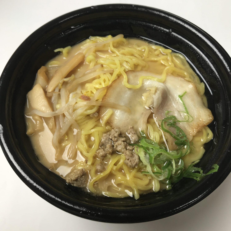 お肉系と植物系の具材がトッピングされています。スープの表面には油が浮いているもよう。