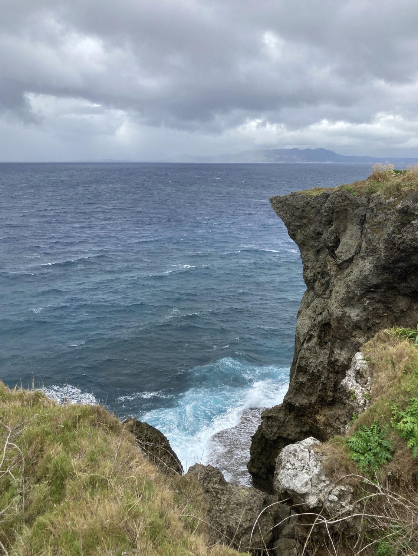 海の向こうには本部半島。雨が降っている様子。