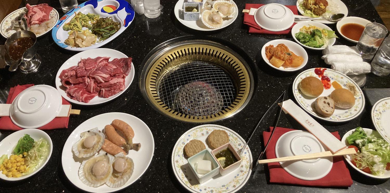テーブル一杯の肉、肉、野菜、パン、肉、海鮮、キムチ、ゴーヤーチャンプルー、タコライスもありました。