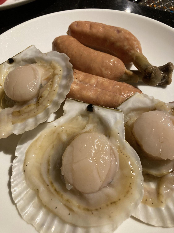 子どもも食べてくれた骨付きウィンナーとホタテ。ホタテは食べ終わった貝殻を使って蒸し焼きにするのがベターでした。