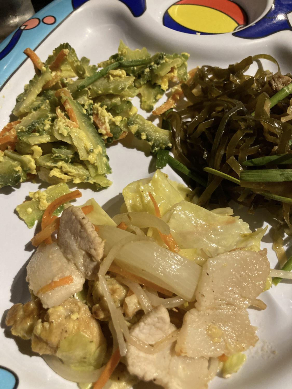 野菜炒めにゴーヤーチャンプルー、クーブイリチーも。ゴーヤーがまぁまぁ苦味があって美味しかったです。