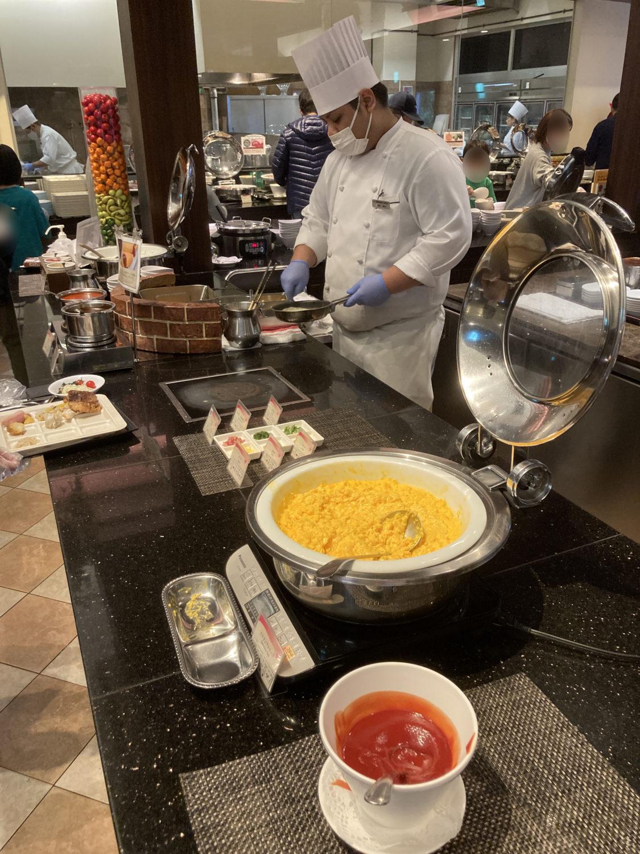 おそらく『THE DINING 暖琉満菜』の一番人気メニュー、オムレツ。ハム、チーズ、あおさ等々、6種類のトッピングから自由にいくつも選べます。ここが一番並んでた。