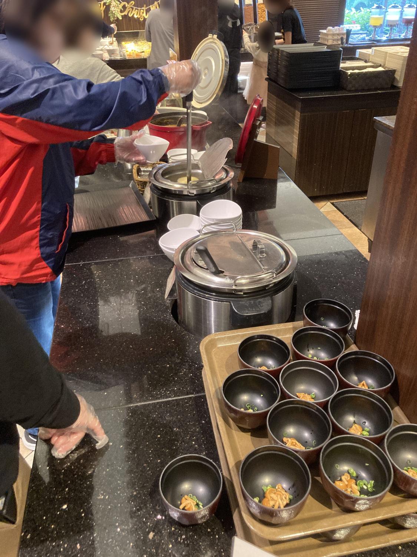 お味噌汁(なめこ・ねぎ)とコーンスープ。コーンスープは少し薄めだったかも。