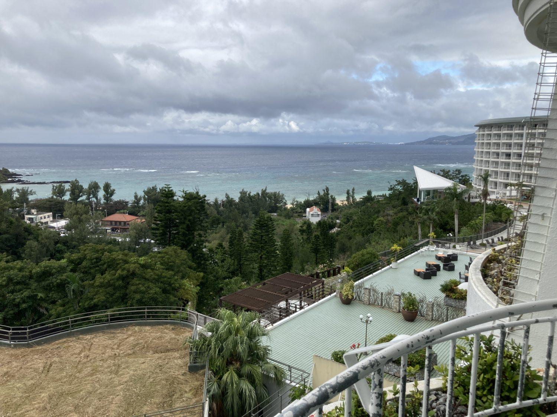うん、オーシャンビューです。冬の沖縄らしい景色ですね。天気が良かったらもっと海もキレイだったはず。