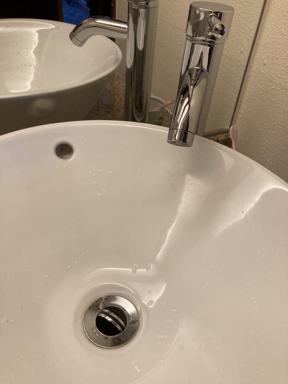 但し、洗面に水を貯めたり排出させるためには、洗面底の弁を指で開け閉めしなければならず...。これはイヤだった...