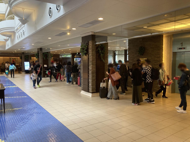 いつの間にかフロント前に長い列が。県内でも収容人数の大きいホテルなんだそうです。