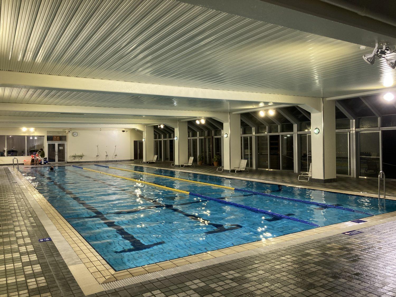 冬なので屋外プールはクローズ。室内プールは年中楽しめるようです。宿泊客はタオルを貸してもらえます。