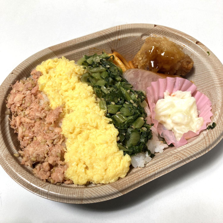 ミニ三色弁当の3色は、鮭、タマゴと大根の葉っぱとのこと。