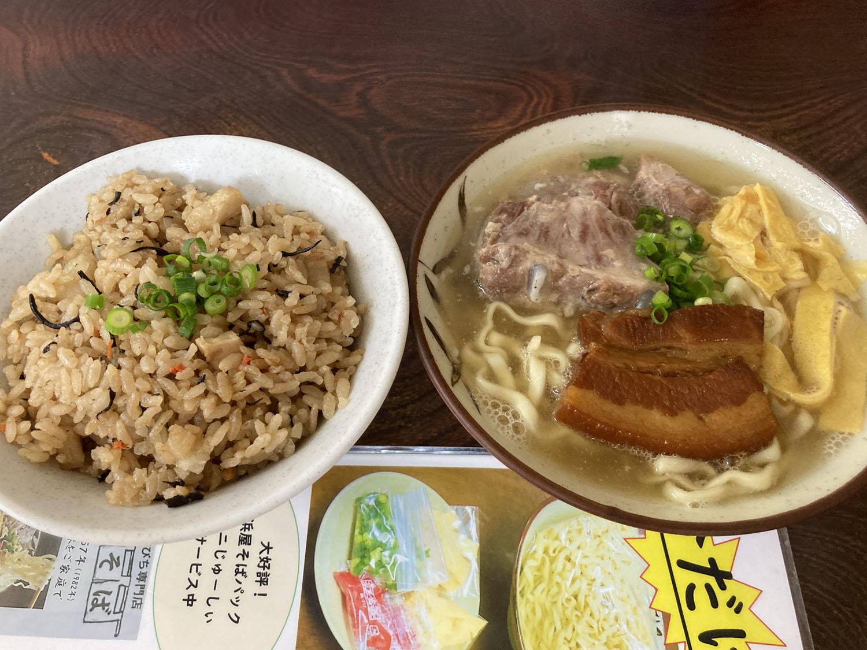 『沖縄そば(小)』500円、『じゅーしー』150円。お茶碗いっぱいのジューシーがうれしい。