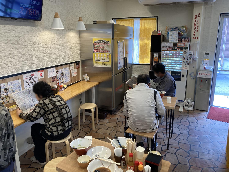 内観はこんな感じ。2人掛けのテーブルが2つ、あとはカウンターに5-6人だったかなぁ。少し小ぢんまりとしたお店です。