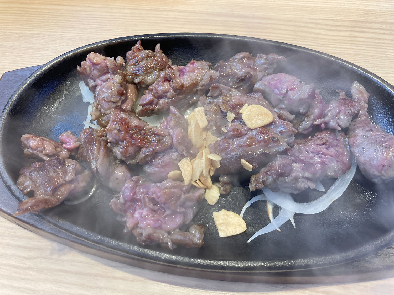 ステーキハウス88Jr.の『カットステーキ 225g(税込1,100円)』。お肉も柔らかいし、コスパ最高です。