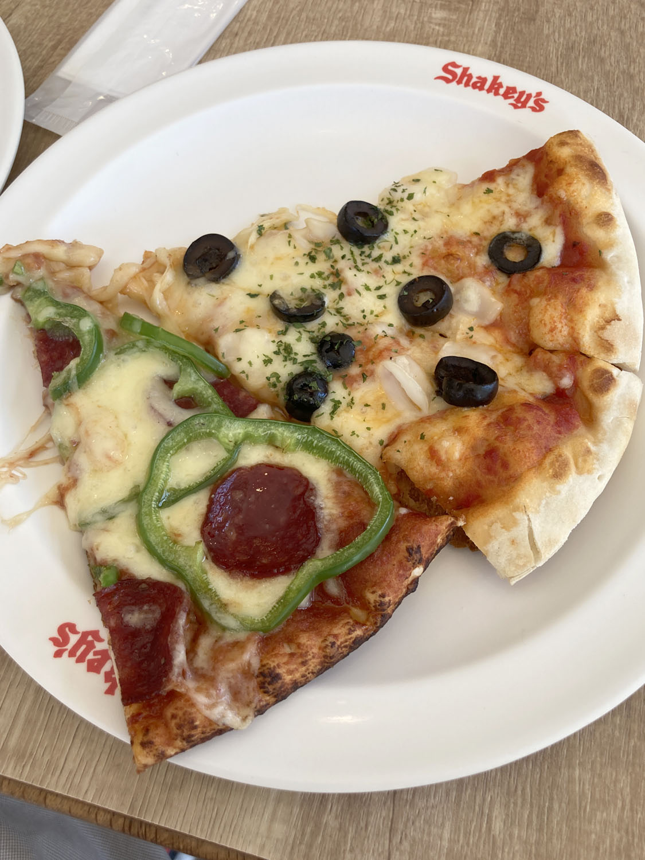 まずはスタンダードなサラミと、オリーブ&シーフードのピザを。当然ながらおいしいです。