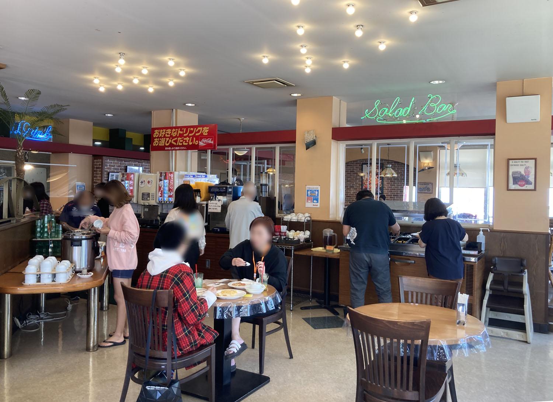 シェーキーズ壺川店、平日のお昼時の店内です。けっこうお客さんがいました。