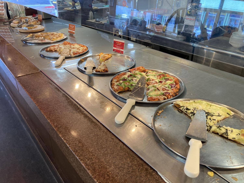 シェーキーズのピザです。ランダム的に異なるピザが提供されるほか、リクエストも可能っぽい。
