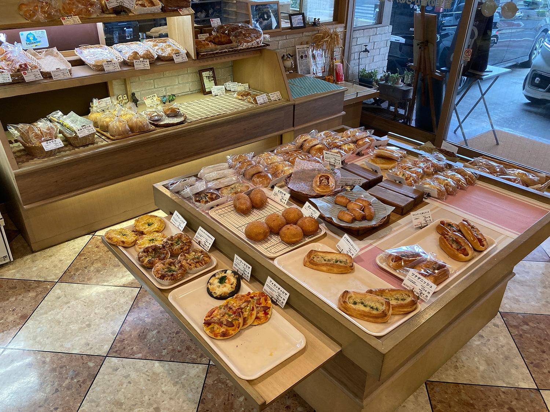 メインテーブル(?)に並ぶパン、パン、そしてパン。<br>バイキング可能なパンでも30種類くらいあるのでは?