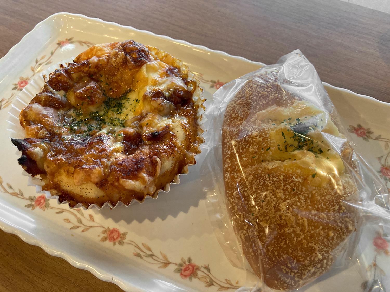 左はフォカッチャてきやきチキン、右は焼きカレーパン(だったかな?)。<br>濃厚なてりやきチキンのパンはおかわりしました。