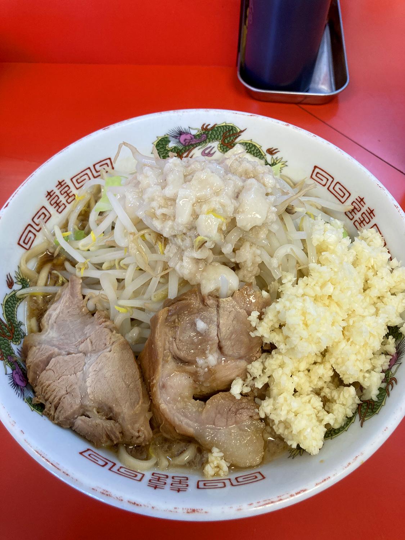 さて着丼のラーメン中(760円)です。<br>ニンニク、ヤサイ、アブラをマシしてます。<br>あれ、前回とくらべて野菜の量が少ないかな...