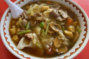 那覇市古波蔵の中華料理『竜丹』の五目ラーメンは具だくさんで熱い!
