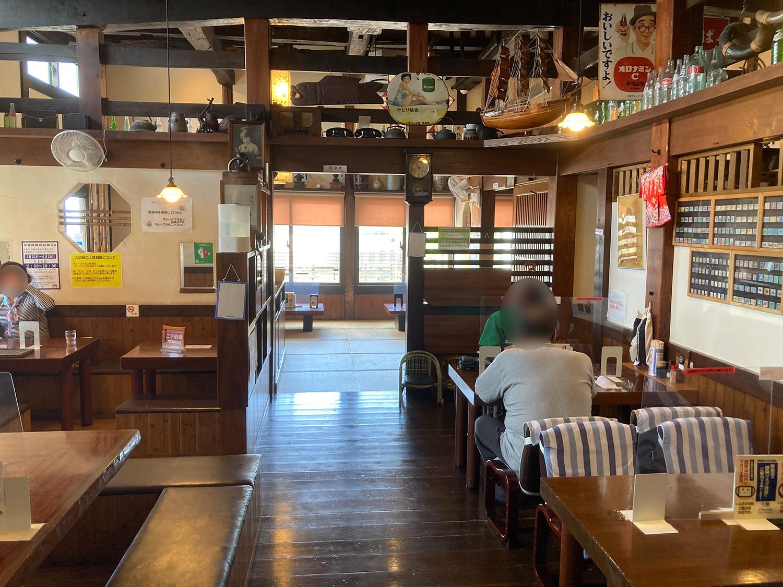 店内はテーブル席、掘りごたつ席(カウンター席的な)、座敷席となります。