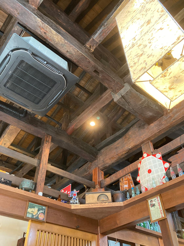 この梁(はり)なんかは130年前のものでは?<br>そこに現代のエアコンが設置されているのもユニークです。