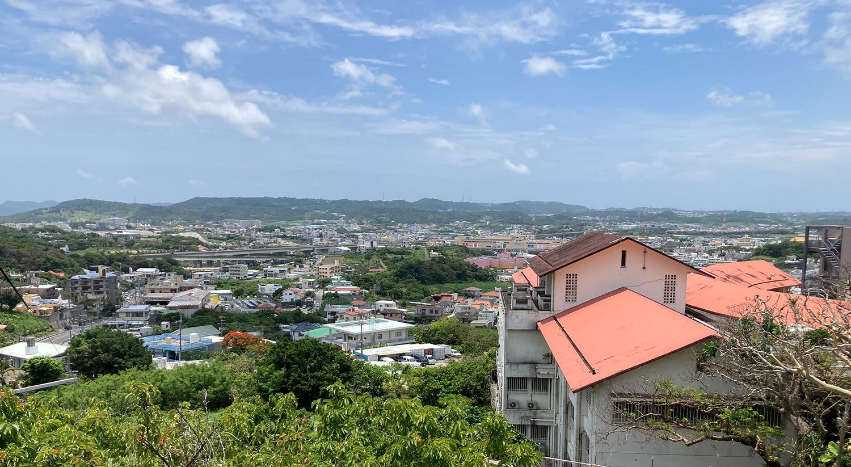 駐車場からはこの眺め! イオン南風原や那覇自動車道が眼下に広がります。