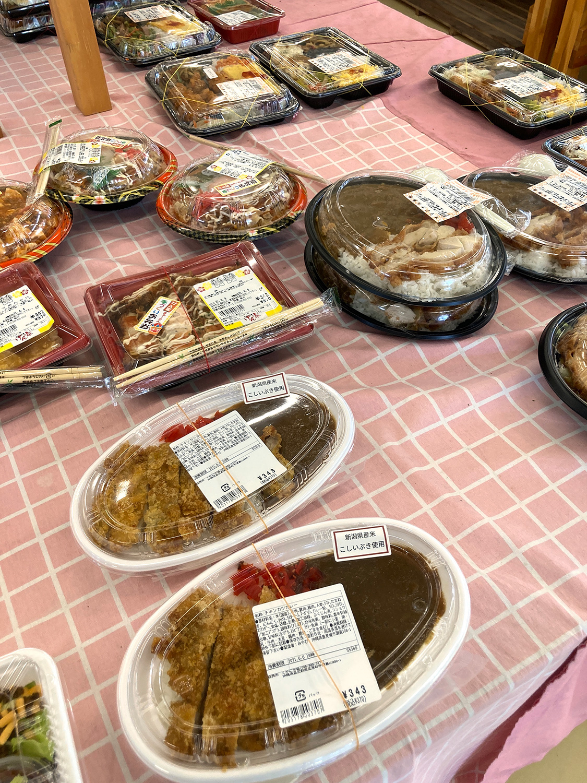 お弁当、惣菜のコーナーも充実していました。