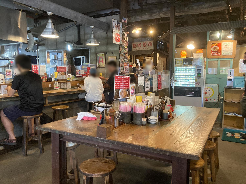 ラーメン通堂、小禄本店の店内。<br>カウンター席、テーブル席のほか、奥には座敷席もあります。