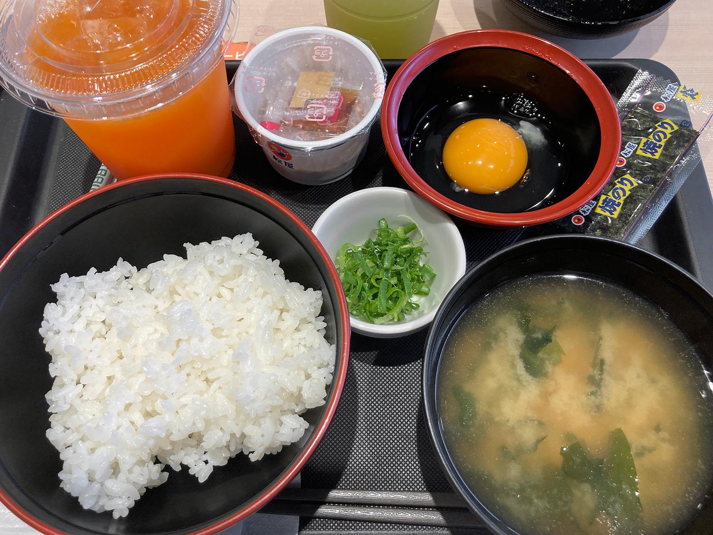 『玉子かけごはん定食(税込250円)』、納豆付きとなります。<br>那覇小禄店での朝メニューには、左上のような選べるドリンクがサービスで付いてきました。