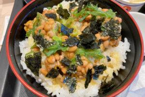 松のや那覇小禄店で朝メニューの『玉子かけごはん定食(納豆セット)』を食べてきた。