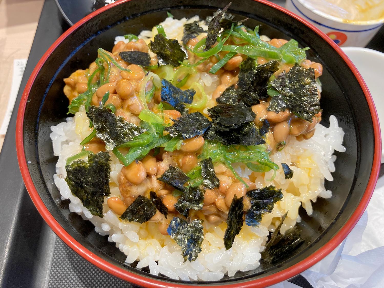 松のやの『卵かけごはん』。<br>納豆は醤油と練りからしを入れた後、かき混ぜ過ぎないのが私流です。