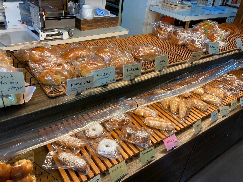 失礼ながら狭いスペースながらも、色々な種類のパンを提供されています。