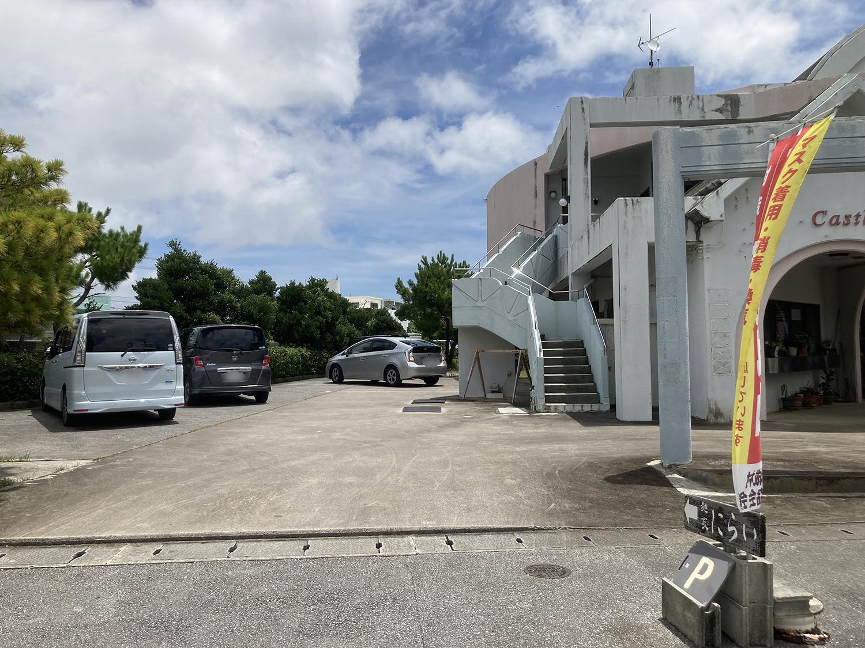 お店に向かって左側に駐車場があります。<br>でも吉の浦公園の駐車場を利用しているお客さんもいました。