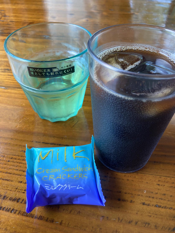 食後のアイスコーヒー。<br>お茶菓子もあったりして、最後までハッピーなランチとなりました。
