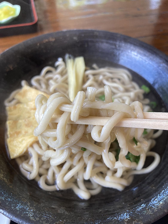 そして何よりもこの麺!<br>沖縄そばというより、ちょっと細めのうどんのようです。<br>とにかくコシがあって、これだけで既にうまい。