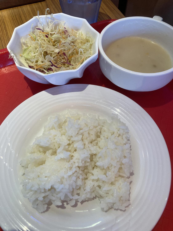 セルフのライス、サラダ、マッシュルームスープ。<br />このスープにはコショウがよく合います。