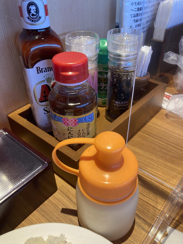 テーブル上の各種調味料。<br />写真手前のおろしニンニクはスタッフさんにお願いすることで提供してもらえます。