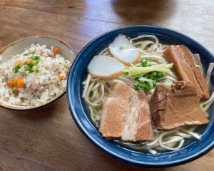 沖縄有数の人気店『首里そば』で沖縄そばを食べてきた。
